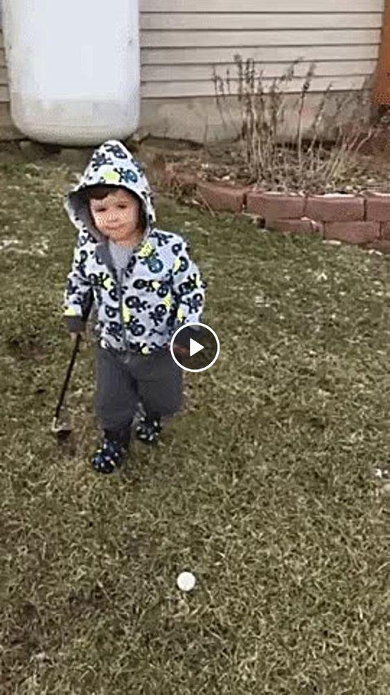Criança cai ao tentar jogar golf.