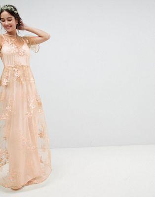 ASOS DESIGN - Vestito lungo da damigella con delicate decorazioni in pizzo  e fiori ricamati ce8aeea264f