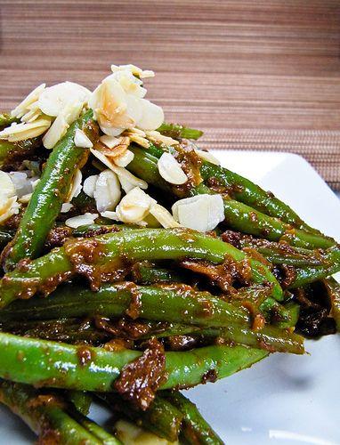 Dieses wunderbar einfache Gemüsecurry, das von der bekannten Kochbuchautorin Julie Sahni stammt, habe ich neulich bei The Wednesday Chef entdeckt. The Wednesday Chef heisst deswegen so, weil die Au…