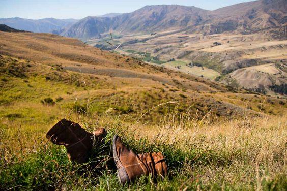 1. Sei für jede Wetterlage optimal ausgerüstet! Denn auch im Sommer kann das Wetter in Neuseeland unberechenbar sein. Neben der Sonnencréme sollte auch ein Regenschutz mit im Gepäck sein. Die Nähe zu den Bergen und dem Meer lassen schnelle Wetterumschwünge zu. Unbedingt an ein festes Schuhwerk denken. Ein unerwarteter Regenschauer