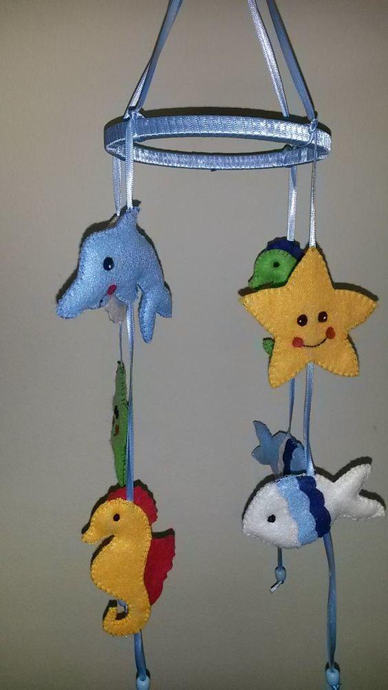 Estrela do mar, Cavalo Marinho, Golfinho e Peixe confeccionados em feltro, bordado à mão, suspenso por fita de cetim e bastidor puro mimo...