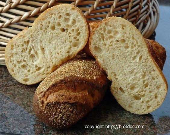 Als ich noch klein war, konnte man bei unserem Dorf-Bäcker Maisbrötchen kaufen. Sie waren etwas weniger aufgeblasen als die normalen weißen Brötchen, saftiger und hatten eine knusprige Kruste, auf …