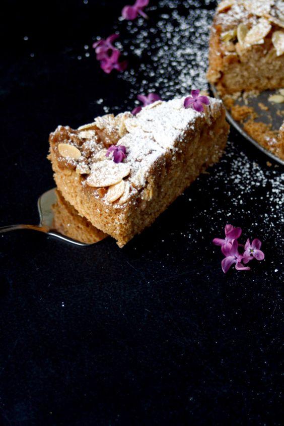 Rhabarberkuchen mit Zimtstreuseln // Rhubarb Cake with cinnamon Crumble http://babyrockmyday.com/rhabarberkuchen/