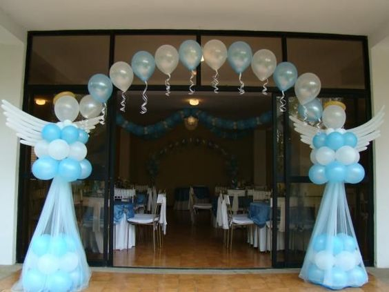 Baby shower decorado con angeles de globos y tul for Decoracion de globos para bautizo