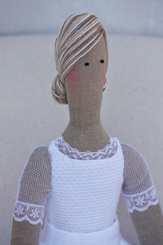 Las mangas de tul, rematadas con un encaje, lo mismo que el escote. Para el pelo he utilizado un algodón en color mixto que da ese aspecto de mechas rubias.