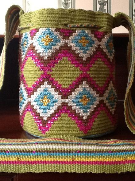 bolsos wayuu decorados