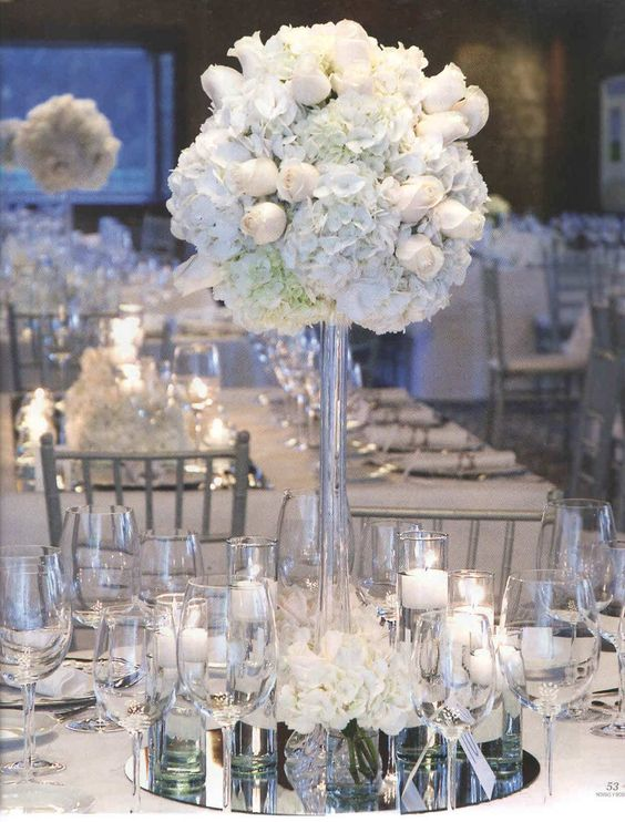 Boda cl sica decorada con sillas tiffany perla y centros for Espejos para mesa