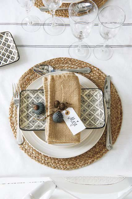 Ideas para decoración navideña: una mesa súper rústica con cerámica, fibras naturales y frutos secos.
