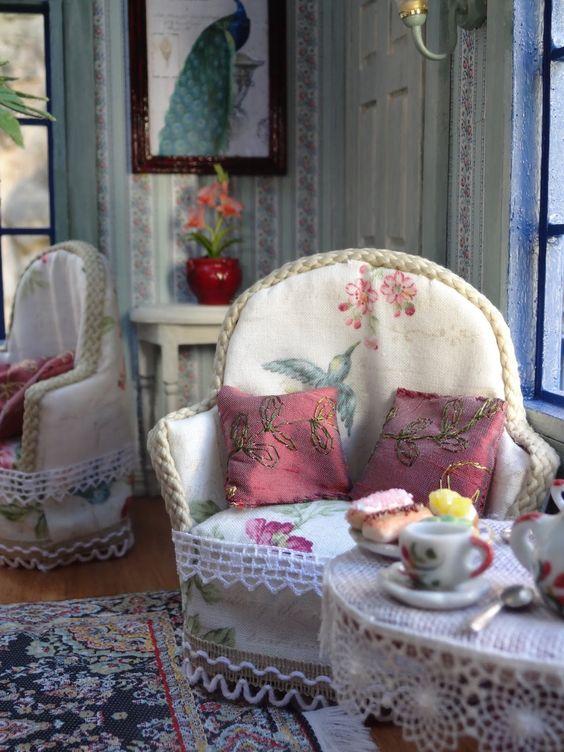 Voilà enfin mon salon de thé terminé !  En juillet 2016, j'ai posé la dernière ardoise :)     Ce salon de thé anglais m'a demandé un an et ...