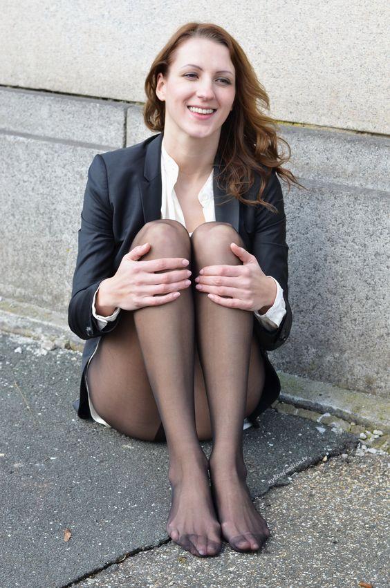 Strumpfhosen ohne Schuhe Schickes Bild von einer Frau in schwarzen Strumpfhosen ohne Schuhe.