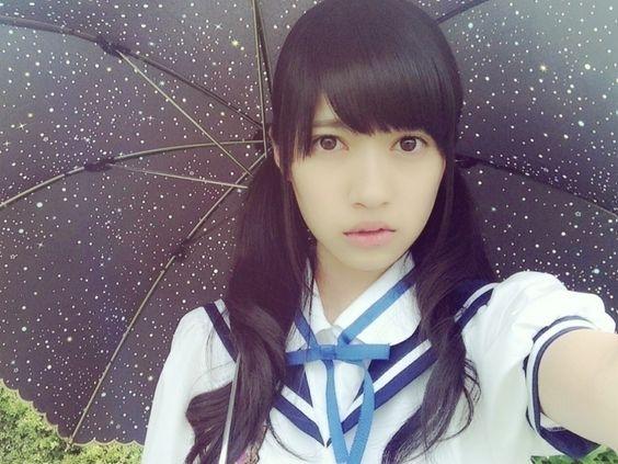 黒い傘をさしているブルーのリボンが付いた制服を着ている寺田蘭世の画像