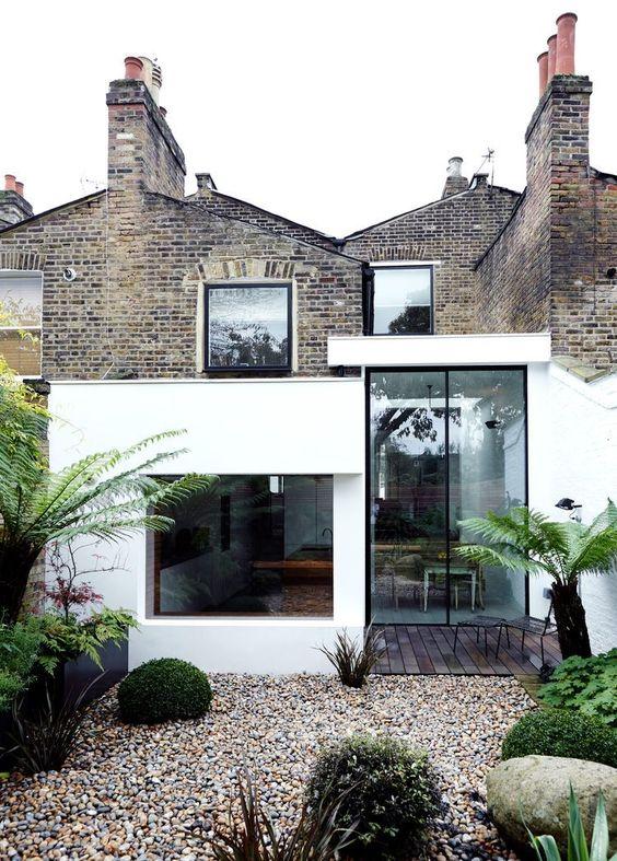 Une extension en verre pour cette jolie maison en pierre - Photo Julian Broadvia Dwell