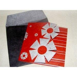 Fairtrade kerstkaart met sneeuwvlok ontwerp.       Geproduceerd door Watabaran in Kathmandu - Nepal, naar Zweeds ontwerp. Watabaran is een Nepalees bedrijf dat werkt volgens de fairtrade normen. Watabaran betekent 'milieu' in het Nepalees. Watabaran recyclet papier en produceert verschillende papieren producten waaronder wenskaarten.     Te koop bij fairtrade-wenskaarten.nl