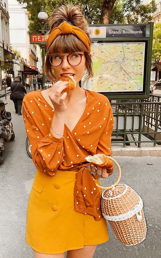 Musa do estilo: Steffy. Cropped com nozinho, amarelo, estampa de bolinhas, minissaia de botões amarela, bolsa de palha com argola