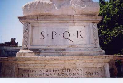 """""""Senatus PopulusQue Romanus"""" signifie en latin «Le sénat et le peuple romain». C'est aujourd'hui l'emblème de la ville de Rome."""