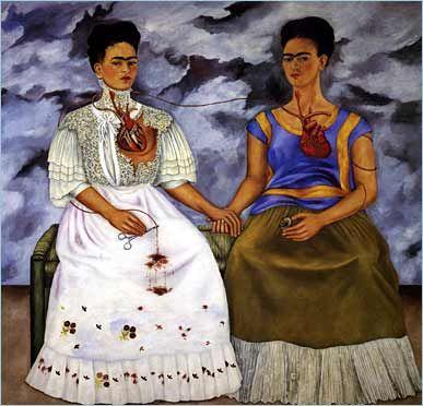 Las dos Fridas Las dos Fridas, 1939, �leo sobre tela, 67 x 67, Colecci�n Museo de Arte Moderno, M�xico, D.F.  Esta pieza fue realizada en 1939, el a�o en que ella se divorcia de Diego, se cree que Las dos Fridas es la expresi�n de los sentimientos de la artista en el momento. Este doble autorretrato fue el primer trabajo en gran escala realizado por Frida.  Nota del editor