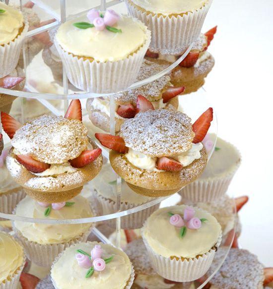 Cupcake Decoration http://thecupcakedailyblog.com/pretty-cupcakes/
