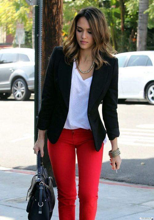 Look de pantalón rojo con blazer negra.