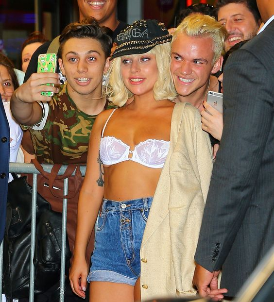 Lady Gaga com os fãs (Foto: AKM-GSI)