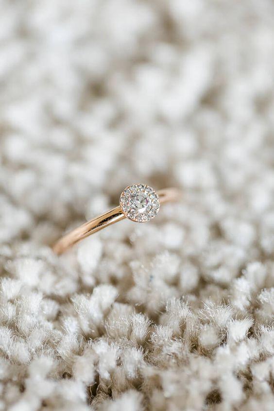 Verlobungsring mit Brillianten fotografiert von Hochzeitsfotograf Anni Hochzeitsfotografie aus Köln