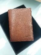【Refinnato 系列 意大利全皮Slim Wallet】 市面買$680  Slim Wallet 設計理念是simplicity,全個使用意大利頭層植鞣制作,尺寸只有7cm x 9cm,可裝截6-8張卡和紙幣,完美配合簡約輕便的生活習慣,盡顯個人風格。  內置六個卡位,獨立紙幣位, 尺寸:7cm x 9cm x 1.7cm (close)    7cm x 20cm x 0.5cm (open)  使用意大利頭層植鞣牛革制作  https://m.facebook.com/crudoleather/  Pls wechat me : shan903903