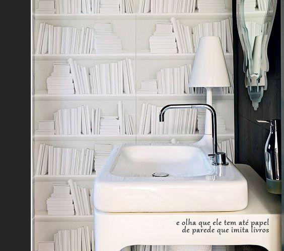 papel de parede que imita livros no banheiro