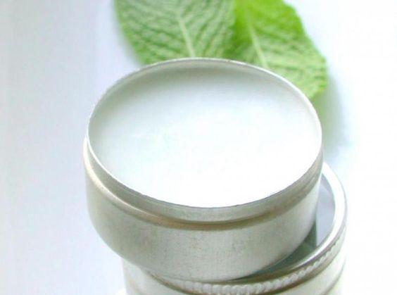 DIY : baume à lèvres amande douce & beurre de karité Un baume pratique, à garder avec soi pour des lèvres douces et nourries toute la journée !