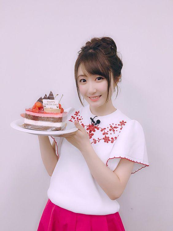ケーキを持つ日高里菜さん