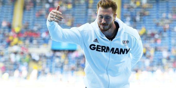 BRAVO C.HARTLING! ALLES RICHTIG GEMACHT!  Der deutsche Diskuswerfer Christoph Harting, der am Samstag überraschend Olympia-Gold gewann, sorgte mit seinem verhalten nach seinem Sieg in Rio für einige Irritation in Rio.