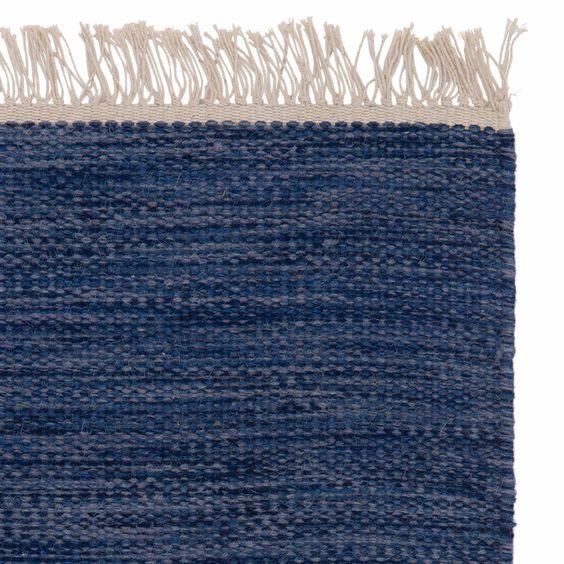 <p>Unsere Läufer der Kollektion Manu werden von unseren Partnern in Indien aus einem Mix aus reiner Wolle und Baumwolle in Leinwandbindung verwoben. Das unifarbene Design samt Fransen schenkt Ihrem Zuhause Farbe oder pure Eleganz – je nachdem welche Nuance Ihr Favorit ist.</p> <p>Kombiniert mit einer rutschfesten Unterlage bleibt der Läufer an Ort und Stelle.</p>