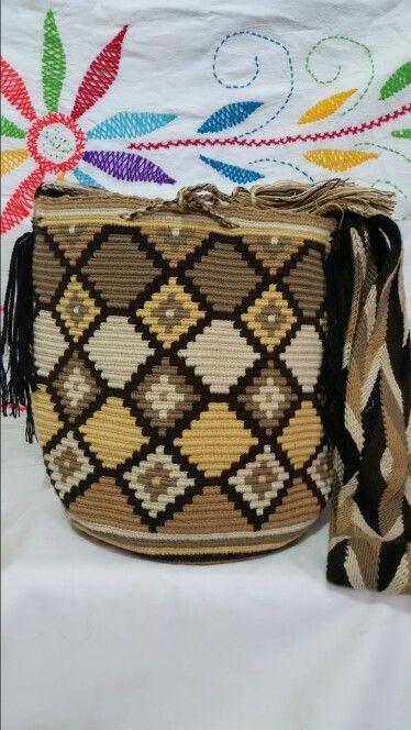 Mochila Wayuu en tonalidades tierra:
