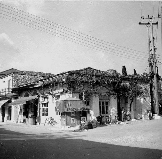 Το καφενείο Μπαικούση στο Μουχούστι Αρτας, 1970