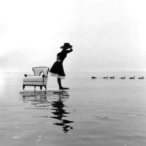 海と椅子のモノクロ・白黒写真の壁紙