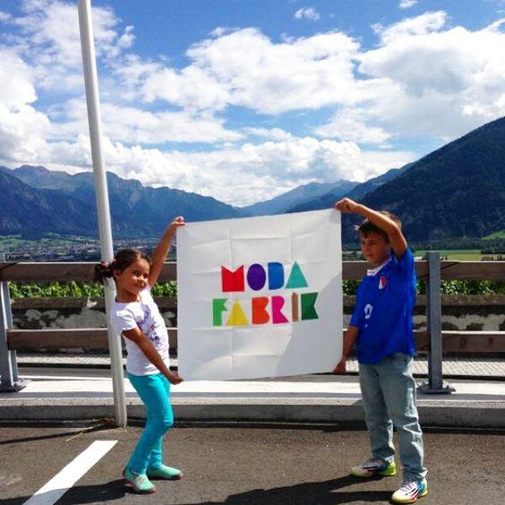 #Bayrakritueli bugün #İsviçre'deki Alplerden geliyor. Ayşe Melek ve Korkut'a bu güzel poz için çok teşekkür ederizwww.modafabrik.com #modafabrik #modafabrikçiler #modafabrikheryerde #swiss #alpdağları #alpler #salı