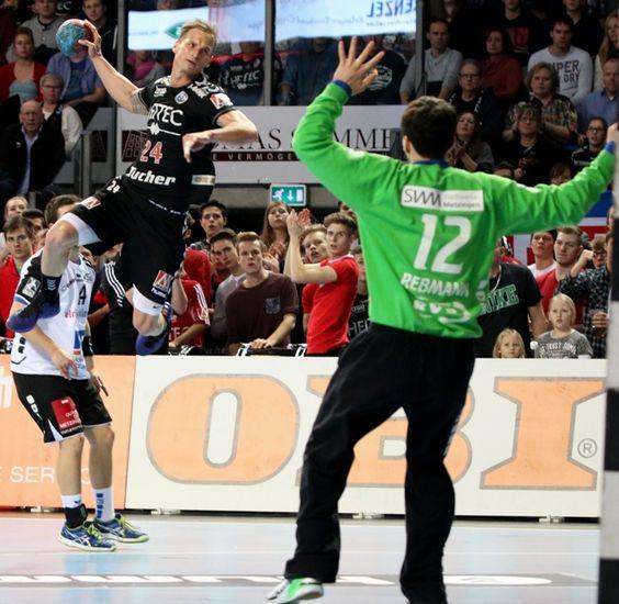 Der HC Erlangen beendet das Jahr mit dem zwölften Heimspielsieg erfolgreich und schlägt den TV 1893 Neuhausenden mit 26:25. Die über 3.500 Zuschauer in der Arena Nürnberger Versicherung waren begeistert. (Foto: hl-studios, Erlangen): Martin Stranovsky überzeugte mit 9 Treffern  #hcerlangen #hlstudios #handball #hbl #ArenaNuernbergerVersicherung