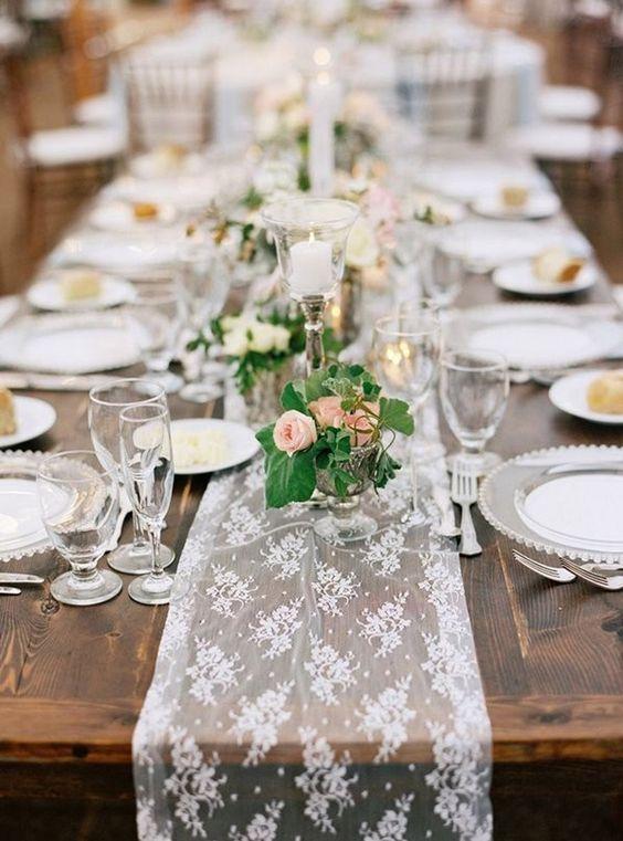 Caminos de mesa de encaje para decorar vuestra boda. Totalmente In Love!!  http://www.unabodaoriginal.es/blog/donde-como-y-cuando/decoracion/caminos-de-mesa-de-encaje: