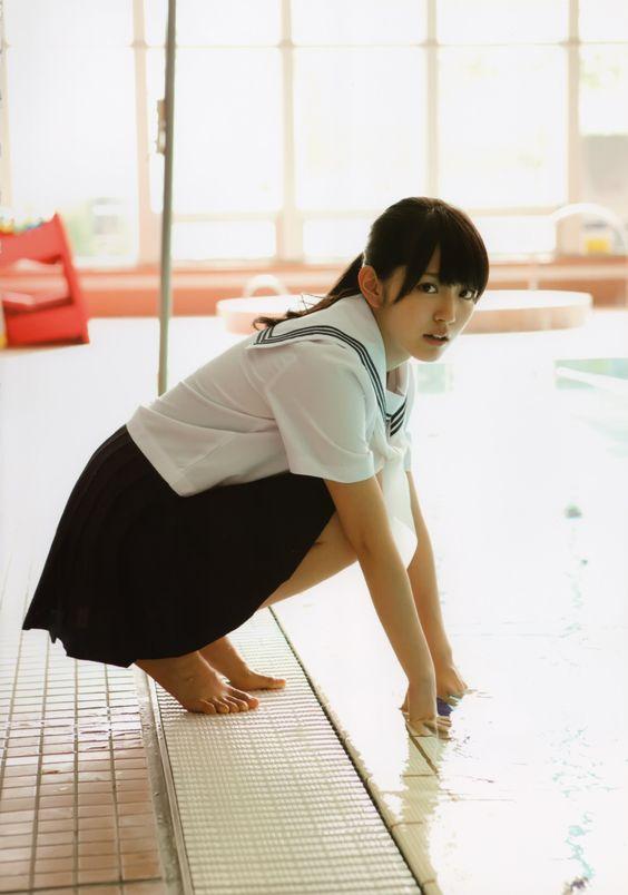 鈴木愛理セーラー服でプールに手を入れる画像