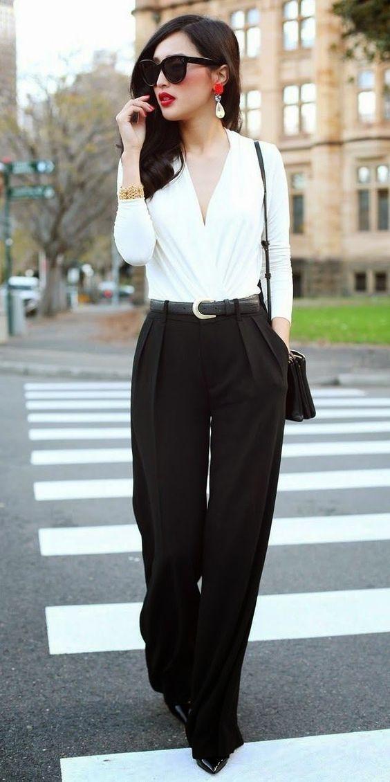 Clássica e chique: 10 ideias para investir no estilo. Body, camisa branca, calça de alfaiataria preta com pregas, sapato de bico fino