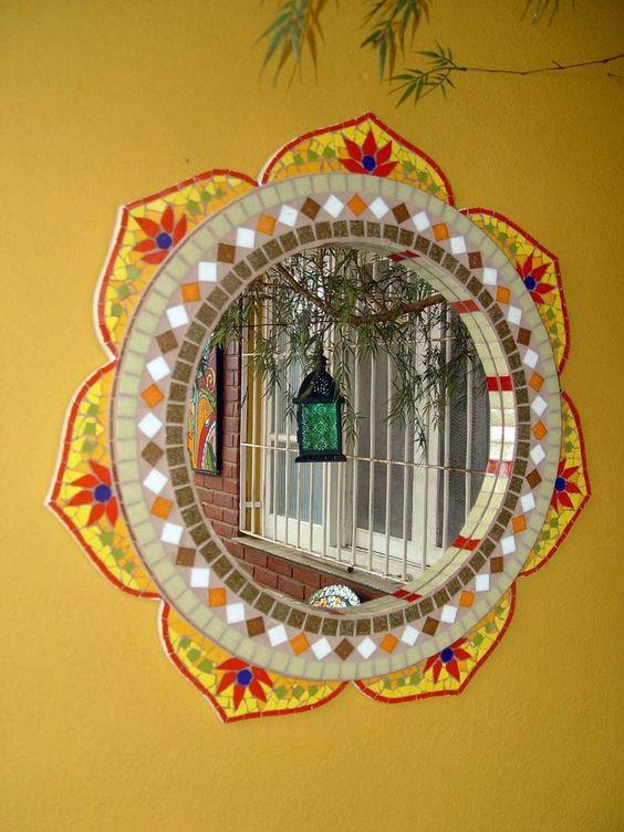 Espelho motivo mandala, com corte especial sobreposto. <br>Material: Azulejos, pastilhas de vidro. <br>Base: Compensado naval.