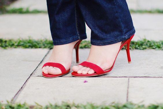 Blusa ombro a ombro e calça jeans e sandália de tiras vermelha http://www.justlia.com.br/2015/12/look-do-dia-blusa-ombro-a-ombro-e-jeans/