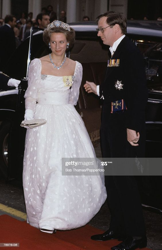 British Royalty, Circa 1982, The Duke and Duchess of Gloucester getting out of a car in formal evening attire  (Photo by Bob Thomas/Popperfoto via Getty Images/Getty Images)