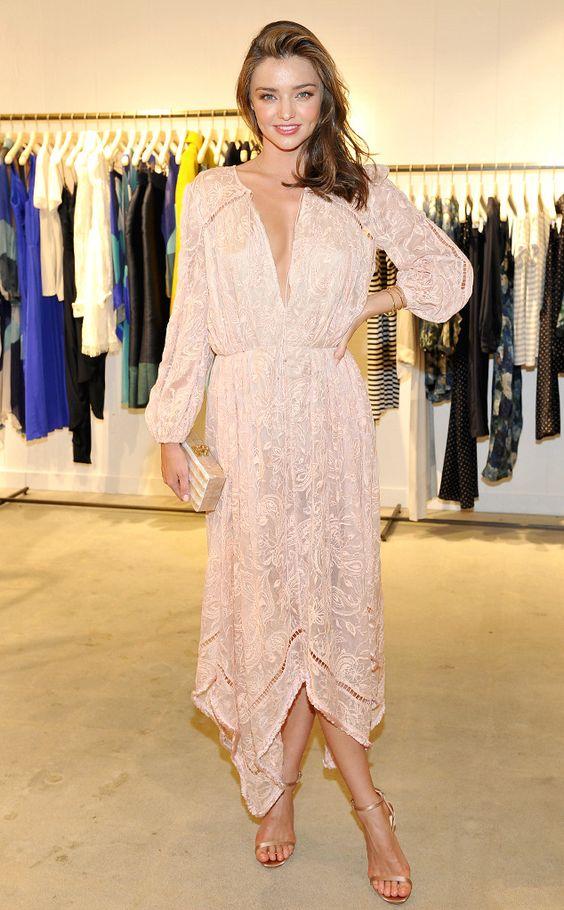 Miranda Kerr en robe de soirée rose pale en dentelle