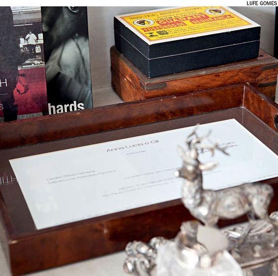Abuse dos objetos personalizados, que, além de dar charme à casa, ainda contam histórias. Na casa da designer de interiores Anna Lucia Azevedo e do paisagista Gil Fialho, o convite de casamento do casal foi parar no fundo de uma bandeja de madeira, protegido por vidro.