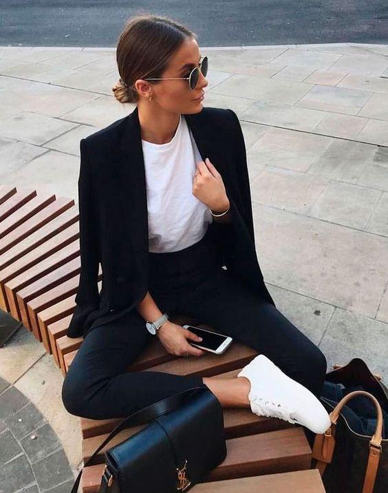 Casual mood: t-shirt branca, blazer preto e calça de alfaiataria. O trio perfeito para um dia de trabalho leve e inspirador. Para não ficar tão sério, os sneakers brancos trazem a leveza necessária.  look - black - white - look - moda
