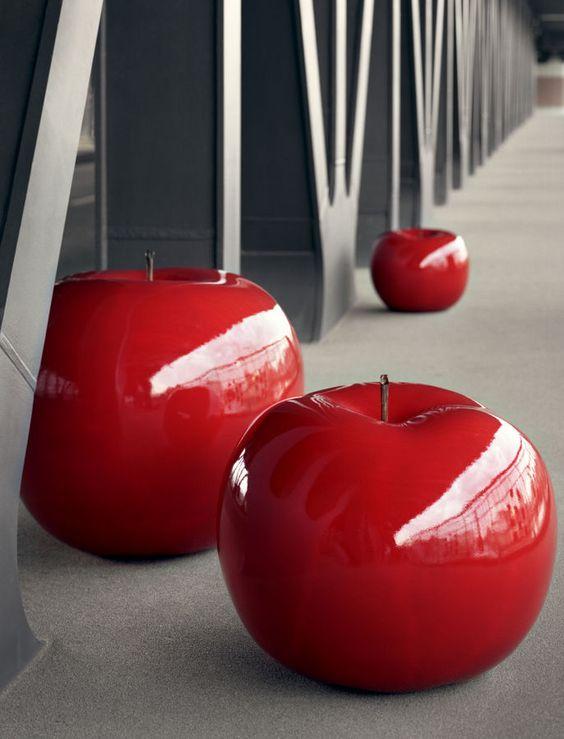 Red - sculpture en céramique pour jardin (faite main) APPLE SCULPTURE by Lisa Pappon Bull and Stein