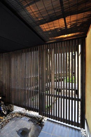 1階の車庫スペースの奥に設けられた引き戸を開けて中庭に入る。