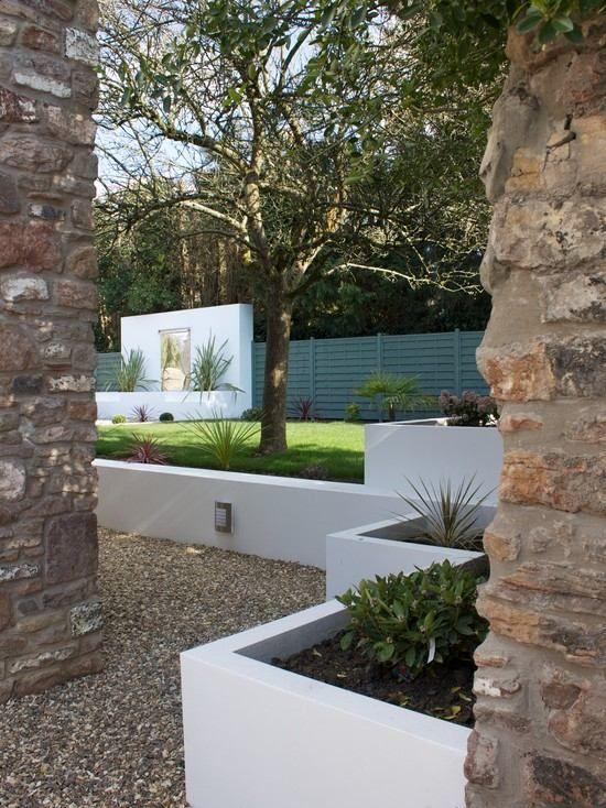 modern garden landscaping stone columns white concrete walls, Garten Ideen