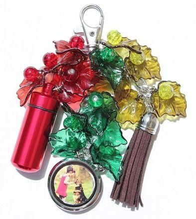 Bijou de sac composé d'un pilulier et d'un porte-photo ornés de feuilles en lucite et de perles en verre