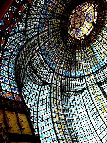 Un exemple admirable de ce que l'on peut trouver dans la très riche architecture parisienne. Ici la grande coupole du Printemps dans le 9ème arrondissement.  Architecture parisienne. by Zagreusfm, via Flickr