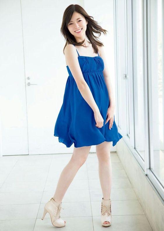 青い服を着た白石麻衣